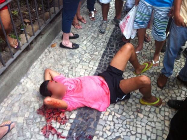 Menor foi agredido após roubar cordão de mulher no Flamengo (Foto: Daniel Silveira/ G1)
