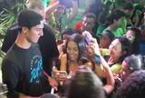 """Com pompas de """"popstar"""", Medina prestigia evento no Rio de Janeiro"""