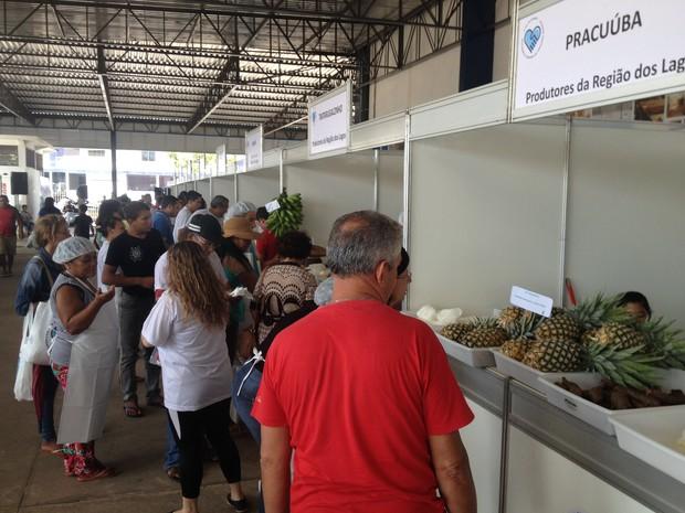 Produtos da agricultura familiar são comercializados durante Feira do Campo (Foto: Fabiana Figueiredo/G1)