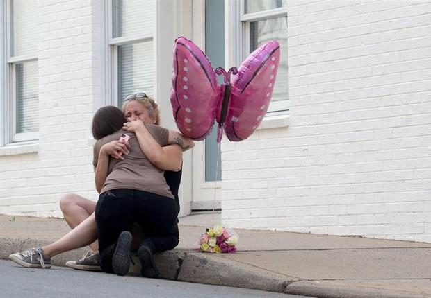 Charlottesville - EUA: Mulher deposita flores na esquina onde Heather Heyer foi atropelada  (Foto: EFE/EPA/TASOS KATOPODIS)