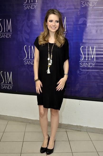 Sandy usa vestido soltinho (Foto: EGO - Roberto Teixeira / EGO)
