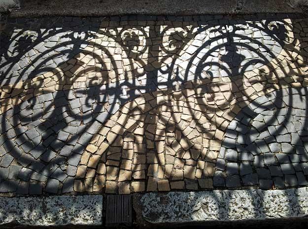 Portão da antiga escola Ferreira Penteado faz sombra na calçada em Campinas (Foto: Luciano Calafiori/G1)