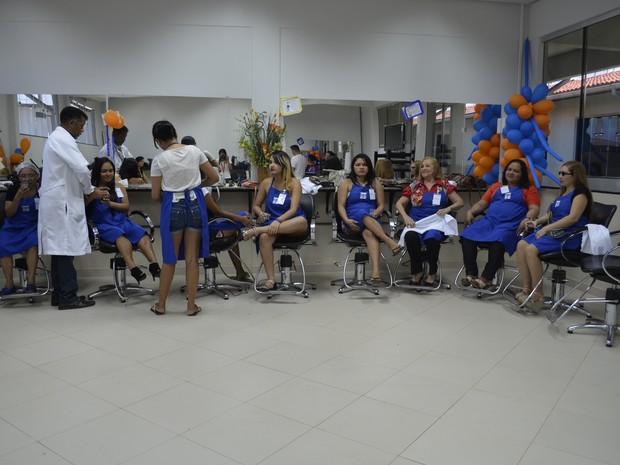 Mulheres cegas e amblíopes durante oficina no Senac (Foto: Maiara Pires/G1)