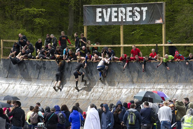 Britânicos disputam corrida de obstáculos na lama (Foto: Justin Tallis/AFP)