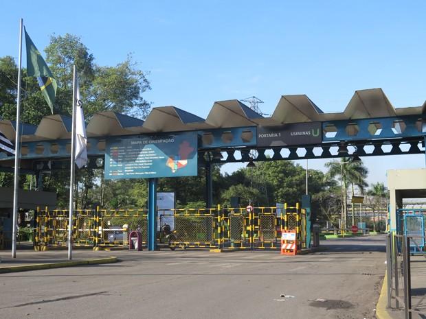 Entrada da Usiminas, em Cubatão (Foto: Mariane Rossi/G1)