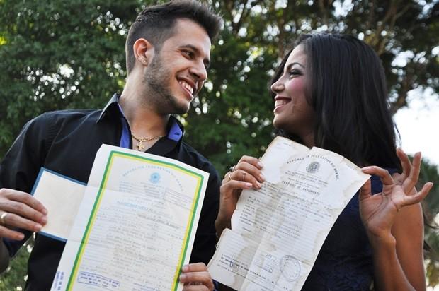 Casal segura certidões de nascimento e veêm 'coincidência' como sinal (Foto: Natália Clementin / G1)