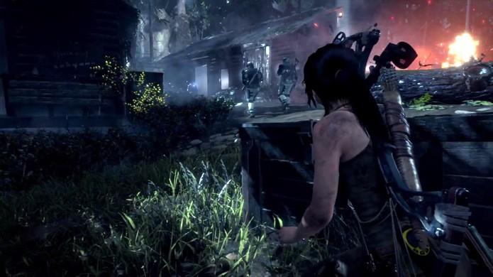 Lara Croft passa invisível por todos os inimigos sem ser detectada (Foto: Reprodução/YouTube)
