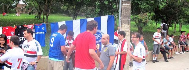 São paulinos compram camisas do Chelsea e faixas de campeão (Foto: Diego Ribeiro / Globoesporte.com)