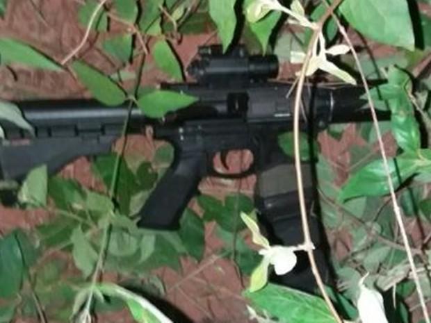 Fuzil usado pelos assaltantes foi encontrado pelos policiais jogado em arbusto (Foto: Reprodução / Arquivo Pessoal)