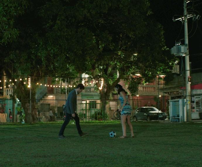 Os dois jogam juntos no campinho (Foto: TV Globo)