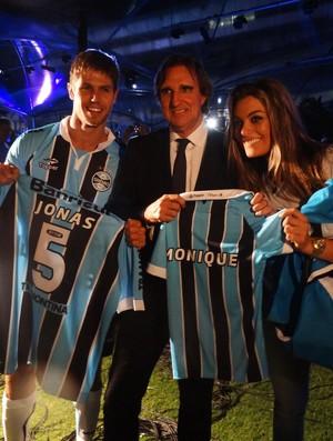Ex-BBBs Jonas e Monique recebem camiseta do Grêmio (Foto: Lucas Rizzatti/GLOBOESPORTE.COM)