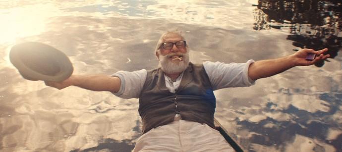 Caracterizado de Halim, Antonio Fagundes aparece em cena gravada no Rio Negro (Foto: TV Globo)