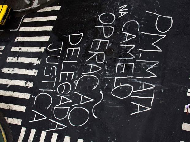 Frase de protesto é vista na Av. Doze de Outubro, na Lapa, após a morte de um camelô baleado na cabeça por um PM durante confusão devido a uma operação de fiscalização da Operação Delegada para apreender mercadoria ilegal, na tarde de quinta-feira (18) (Foto: Marcio Ribeiro/Futura Press/Estadão Conteúdo)