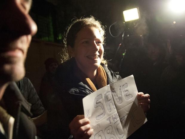 Ana Paula Maciel deixa a prisão em São Petesburgo (Foto: Dmitri Sharomov/Greenpeace/AFP)