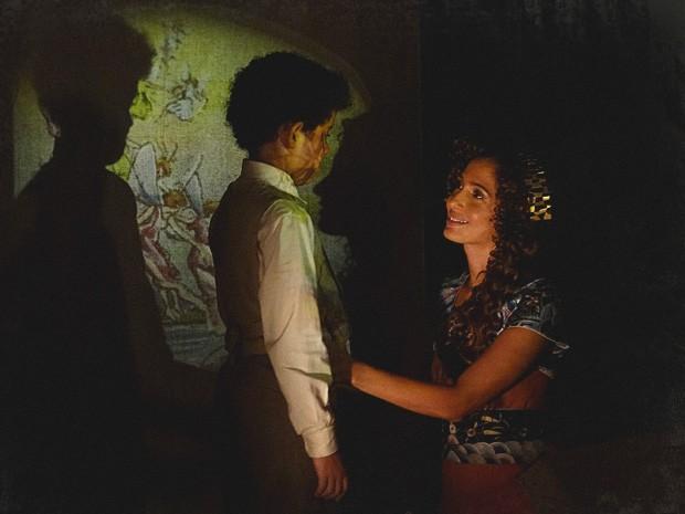 Elias fica encantado com o presente e dá um beijo em Isabel (Foto: Lado a Lado / TV Globo)