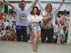 Magra! Viviane Araújo escolhe shortinho e blusa curta para evento