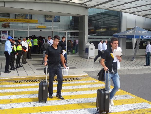 saimon alex telles grêmio aeroporto chegada grêmio quito ldu (Foto: Hector Werlang/Globoesporte.com)