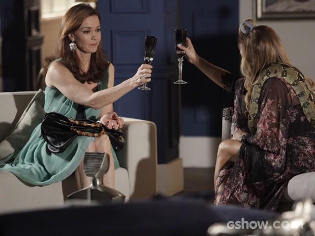 Shirley e Helena brindam na casa da perua. Que estranho... (Foto: Raphael Dias/TV Globo)