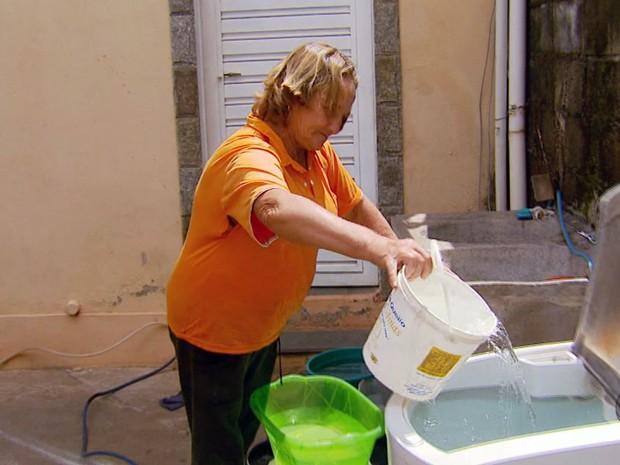 Dona de casa tem que pegar água de madrugada para abastecer casa em Campanha, MG (Foto: Devanir Gino / EPTV)
