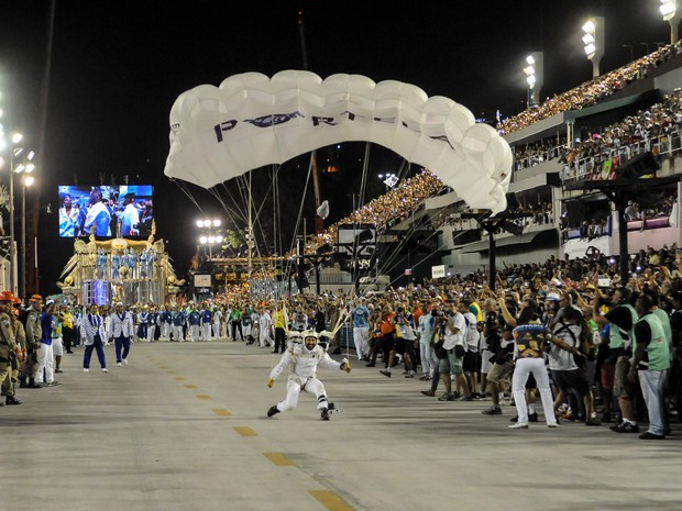 Paraquedista chega soltando fumaça antes de pousar na Sapucaí, no desfile da Portela (Foto: Alexandre Durão/G1)