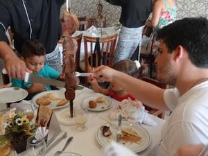 Leonel foi à uma churrascaria com a família na semana santa (Foto: Michelle Farias/G1)