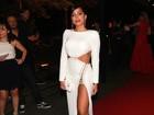 De vestido ousado, Anitta abre mão da lingerie: 'Mas tem  um protetor'