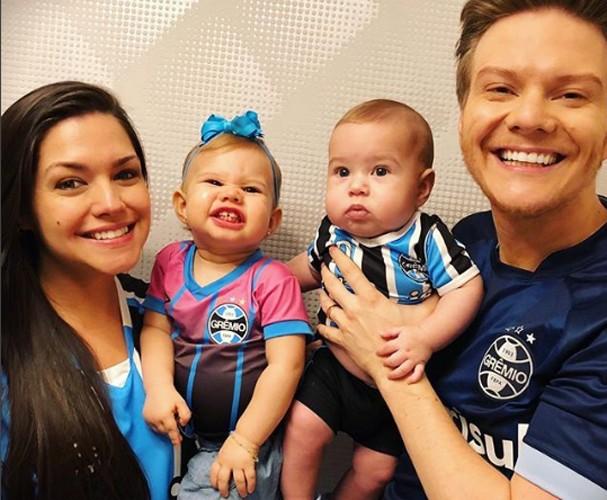 Teló e Fersoza com os filhos na torcida pelo Grêmio (Foto: Instagram/Reprodução)