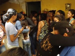 Dezenas de pessoas compareceram ao velório e enterro das vítimas em Madeiro (Foto: Sousa Neto / Luzilândia On-line)