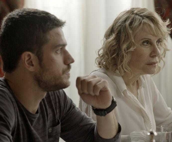 Dante e Nora ouvem ao desabafo da loira (Foto: TV Globo)