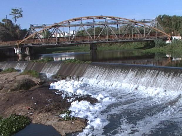 Espuma pode ser de materiais de limpeza lançados no rio (Foto: Reprodução/TV Integração)