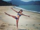 Aos 45 anos, Claudia Mauro mostra elasticidade - e boa forma - de biquíni