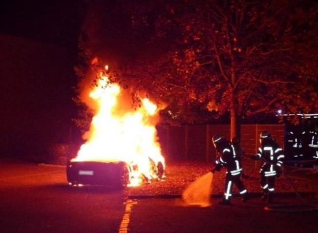 Suíço coloca fogo na própria Ferrari porque queria modelo mais novo (Foto: Reprodução/Polizei Augsburg)