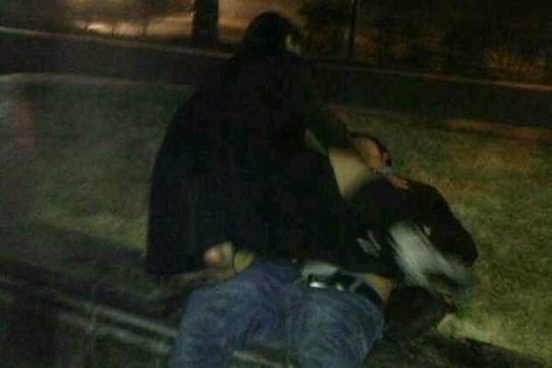 Chinesa foi fotografada 'atacando' bêbado desacordado (Foto: Reprodução)