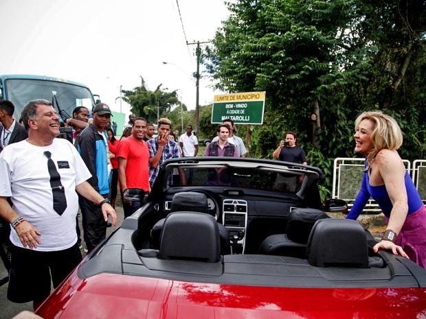 Diretor e atriz se divertem durante o intervalo das gravações (Foto: Raphael Dias/ TV Globo)