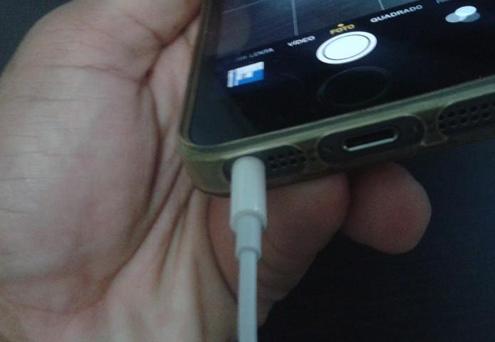 Conectando os fones de ouvido da Apple ao iPhone (Foto: Marvin Costa/TechTudo)