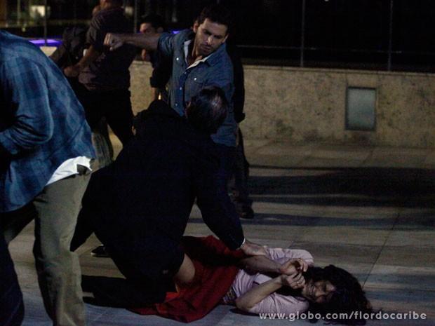 Cassiano enfrenta Gonzalo para salvar Cristal (Foto: Flor do Caribe / TV Globo)