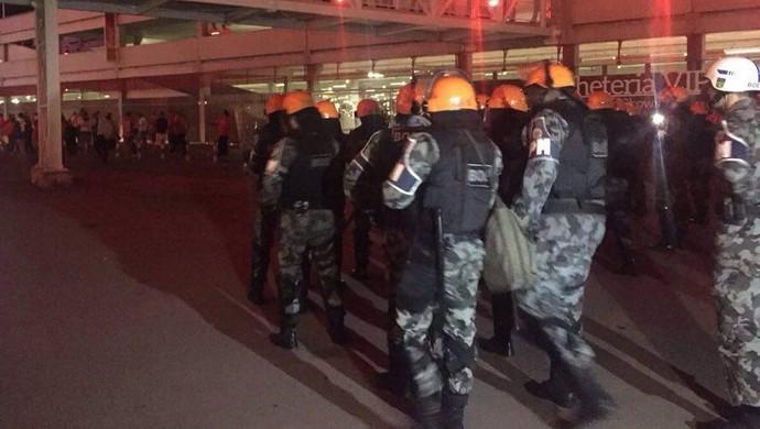 Inter x Fluminense, protesto, torcida, polícia, Beira-Rio (Foto: Tomás Hammes / GloboEsporte.com)