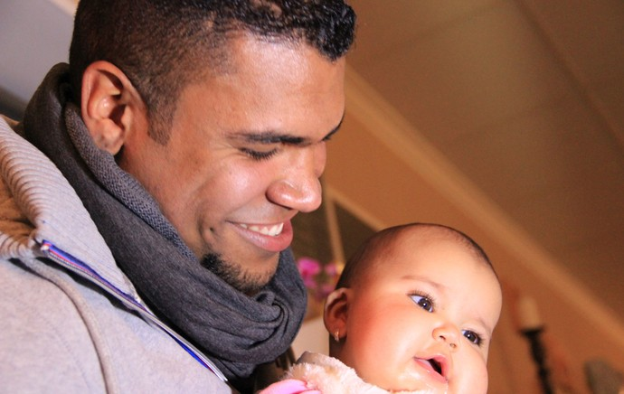 Breno segura a filha Brenda, de quatro meses (Foto: Sergio Gandolphi)
