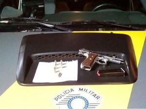 G1 tr s homens s o presos por porte ilegal de arma em for Uso e porte de arma