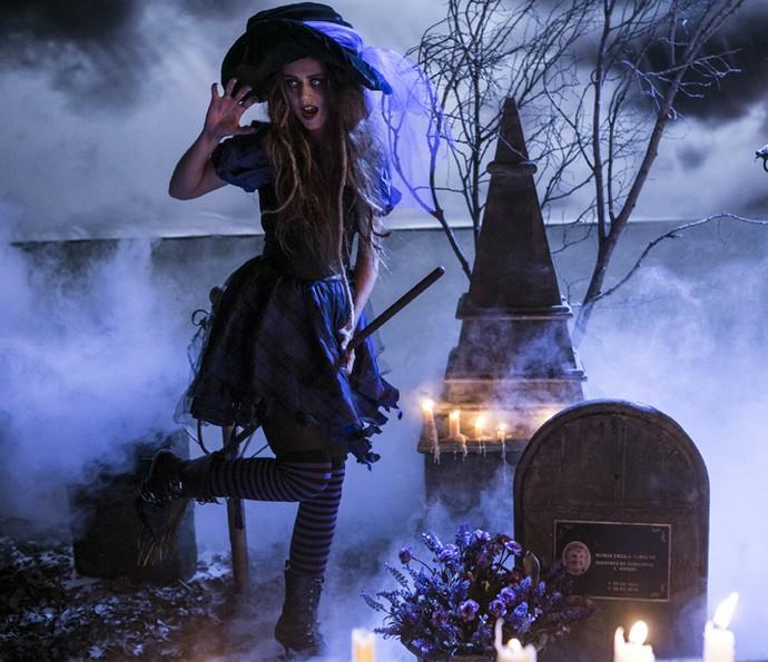 Na ensaio do terror, Clara (Gabriela Carcaioli) posa como uma bruxinha  (Foto: Inácio Moraes/Gshow)
