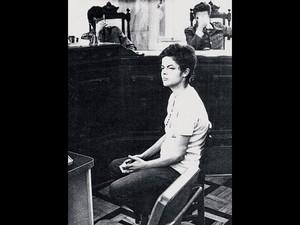 Foto cedida pelo jornalista Ricardo Batista Amaral e publicada em seu livro 'A Vida Quer é Coragem', mostra a presidente Dilma Rousseff durante uma audiência em um tribunal militar no Rio de Janeiro em novembro de 1970  (Foto: Arquivo público do Estado de SP/HO/ADIR MERA/AFP)