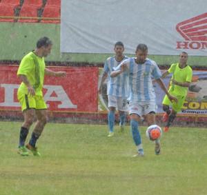Com chuva, Seis de Agosto II bateu o time da Comara por 4 a 1, na abertura do 3º Copão Comunitário (Foto: Murilo Lima)
