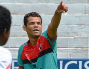 Camilo orienta companheiros de Botafogo-SP durante treino (Foto: Rafael Martinez / Assessoria BFC)