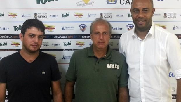 Alexandre Gama (centro) foi apresentado ao lado de dirigentes do Duque de Caxias (Foto: Vitor Costa/Divulgação)