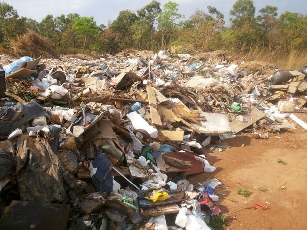 Moradores querem que prefeitura de Palmas proíba o uso da área para jogar lixo (Foto: Roberto Naves/TV Anhanguera)