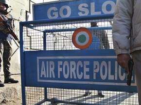 Forças de segurança indianas guardam área próxima da base da Força Aérea, alvo de um ataque na madrugada deste sábado (2) em Pathankot (Foto: Channi Anand/AP Photo)