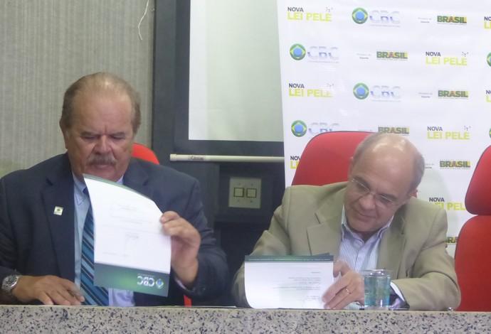 Eduardo Bandeira de Mello e Paulo Maciel assinatura contrato Lei Pelé (Foto: Flávio Dilascio)