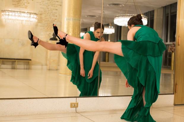 Margaret Qualley na campanha do perfume Kenzo World (Foto: Reprodução)