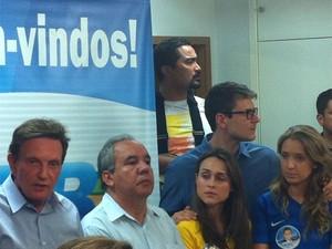 Crivella concedeu entrevista coletiva ao lado dos filhos (Foto: Lívia Torres / G1)