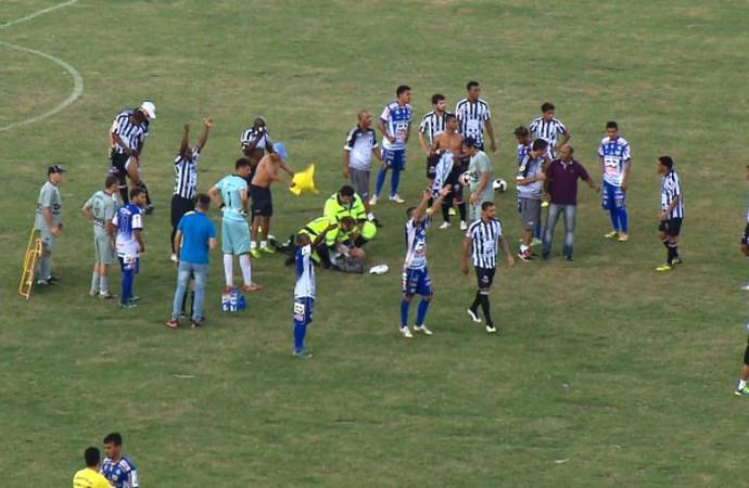 Jogadores de Comercial-SP e Fernandópolis-SP (Foto: EPTV)